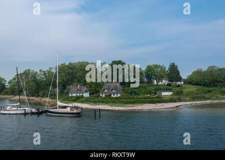 Living at the banks of Fjord Schlei, thatched cottages, Gemeinde Rabel, Kreis Schleswig-Flensburg, Schleswig-Holstein, Germany, Europe - Stock Image