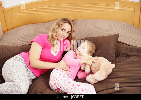 Mother and daughter indoors - Stock Image