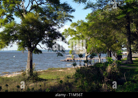 A bayside park in Fairhope, Alabama. A public pier extends into Mobile Bay for fisherman and birdwatchers. - Stock Image