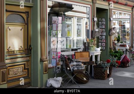 Warenpräsentation vor der Ladenfront. - Presentation of goods in front of the shop front. - Stock Image