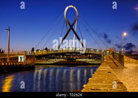 'Ponte Pedonal Circular' (circular pedestrian bridge) in Aveiro seen from canal during blue hour. Long exposure. In Aveiro Portugal, June 22, 2017 - Stock Image