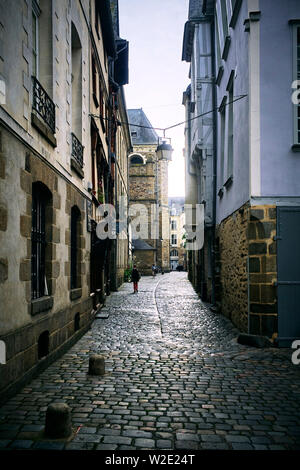 Narrow cobbled road in the city of Rennes, captial of Brittany, France - Stock Image