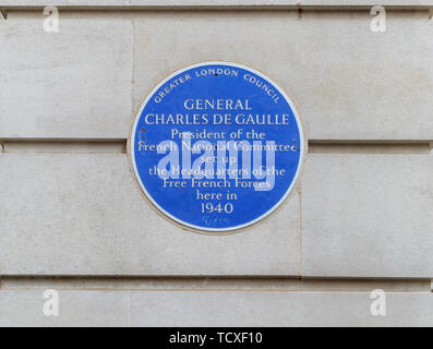 Blue plaque in Carlton Gardens, City of Westminster, London, SW1, UK: General Charles de Gaulle and the Headquarters of the Free French Forces in 1940 - Stock Image