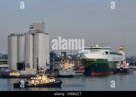 Svitzer Bristol and Wallenius Wilhelmsen MV Salome with the oil tanker Whitonia alongside, moored at Southampton - Stock Image