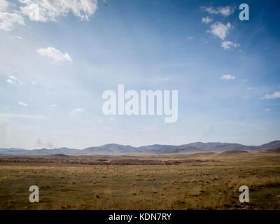 ULAN-BATOR, MAI 17 : Paysage et caravane de chameaux vue du Transmongolien au sud d'Oulan Bator, le 17 mai 2010, - Stock Image
