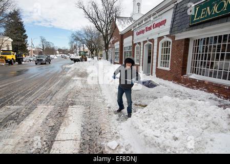 Lexington, MA, USA, 28 Jan, 2015.  Man shoveling snow outside of a restaurant on Massachusetts Avenue in Lexington, - Stock Image