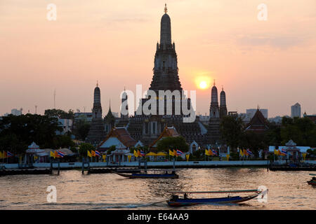 Temple of the Dawn (Wat Arun) at sunset, Bangkok Thailand - Stock Image