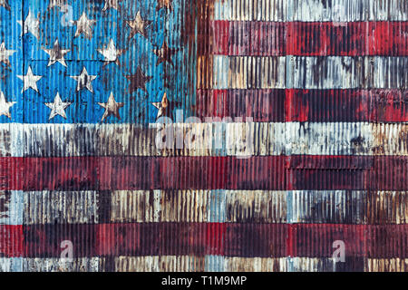 Vintage, rusted American flag painted on corrugated wall - Stock Image