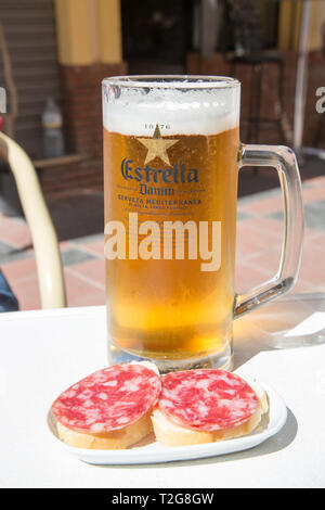 A cold fresh pint of Estrella Damm pilsner beer served in a tapas bar in Fuengirola, Costa del Sol, Spain. - Stock Image