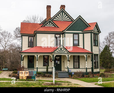 HICKORY, NC, USA-2/17/19: The Hickory Women's Resource Center is located in an historic parsonage, situated in the Ivy Arboretum at Sally Fox park. - Stock Image