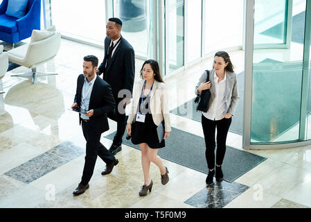 Business people entering hotel lobby - Stock Image