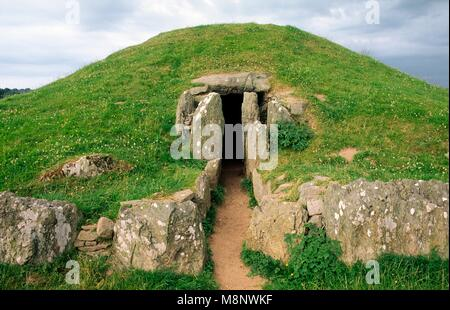 Bryn Celli Ddu prehistoric Bronze Age passage grave tomb on island of Anglesey, north Wales. Entrance seen from - Stock Image