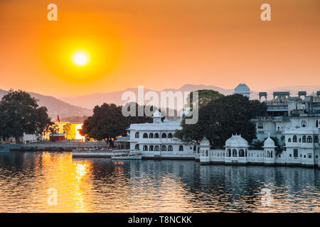 Sunset Pichola lake and Udaipur old town in India - Stock Image