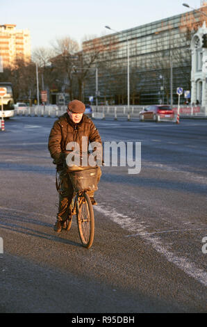 Chinese man riding his bicycle on the street of Beijing - Stock Image