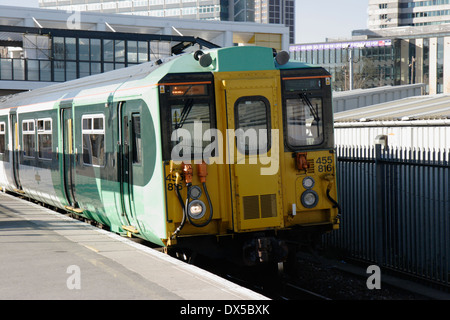 Class 455/8 Electric Multiple Unit 455816 in Southern livery leaving East Croydon station - Stock Image