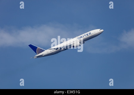 United Airlines Boeing 777-222 N775UA climbing away from Heathrow airport - Stock Image