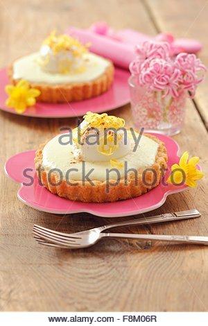 Individual lemon cheesecakes with yoghurt balls - Stock Image