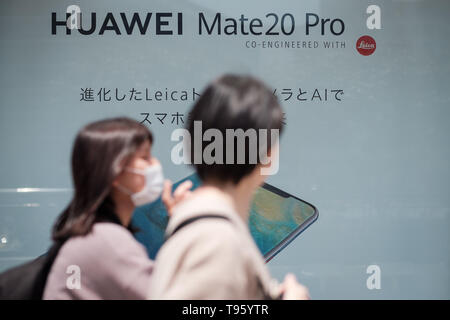 Pedestrians walks past a large Huawei advertising in Shinjuku area on May 17, 2019 in Tokyo Japan. USA President signed an executive order on May 16 to ban China's Huawei. May 17, 2019 Credit: Nicolas Datiche/AFLO/Alamy Live News - Stock Image