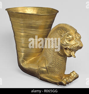 6381. Golden drinking vessel decorated with a lion head, Iran, c, 5th BC - Stock Image