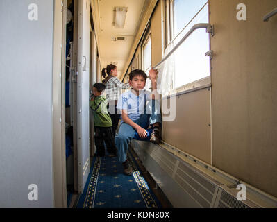 MONGOLIA, MAI 20 : Ce jeune Mongol passe son temps assis dans le couloir du wagon le 20 mai 2010, Mongolie - Stock Image