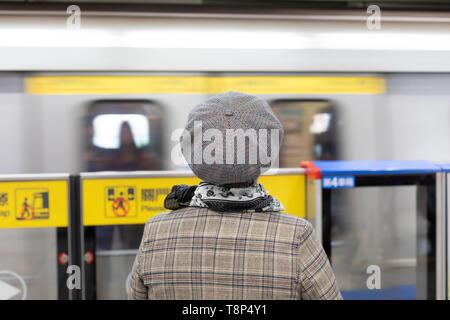 Woman waiting for subway/MRT at Taipei subway/MRT station, back to camera - Stock Image