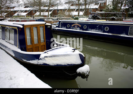 Narrowboats in Snow Winter on the South Oxford Canal Jericho City of Oxford Oxfordshire Oxon England boat narrowboat - Stock Image