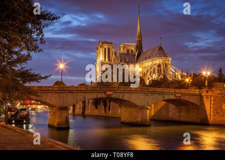 Twilight over Cathedral Notre Dame along River Seine, Paris, Ile-de-France, France - Stock Image