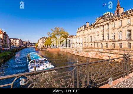 Frankreich, Elsass, Straßburg, Palais Rohan, Fluss L'Ill, Ausflugsboot - Stock Image