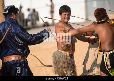 Palmas, Brtazil. 28th Oct, 2015. Brazilian and Mongolian archers exchange arrows during practice at the International - Stock Image