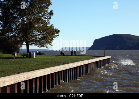 People enjoying the Hudson River breeze in Croton Point Park, Croton-On-Hudson, NY, USA - Stock Image