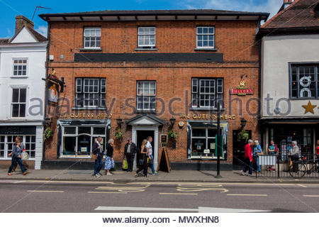 Exterior of the Queens Head, a public house in the centre of Farnham, Surrey UK - Stock Image