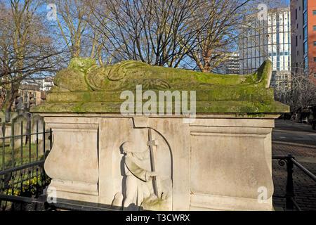John Bunyan Puritan English author effigy and tombstone & pilgrim from Pilgrims Progress book in Bunhill Fields cemetery London UK  KATHY DEWITT - Stock Image