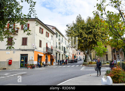 Lunchtime on Via Roma in the lively town of Fivizzano, Lunigiana, Tuscany, Italy. - Stock Image