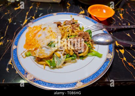 Noodle dish with beef and egg, Russian Market, Phnom Penh, Cambodia, Asia - Stock Image
