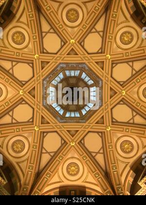 Decorative renaissance style ceiling in foyer of old building - Stock Image