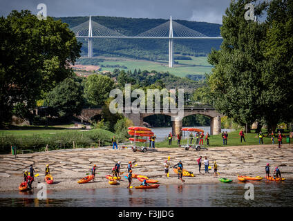 Canoeists on the River Tarn with the Millau Viaduct in Millau, Averyron, France. The highest bridge in the world. - Stock Image