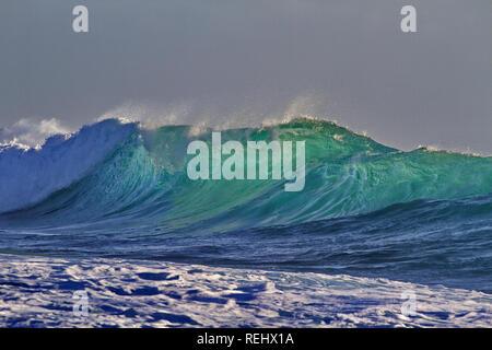 Daunting glimmer and elegant form in Indian Ocean wave along rugged Kalbarri coast in Western Australia - Stock Image