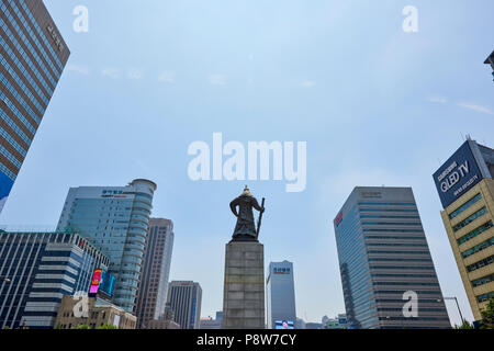 Statue of Admiral Yi Sun-Shin seen from behind surrounded by modern buildings in Gwanghwamun, Seoul, South Korea. - Stock Image