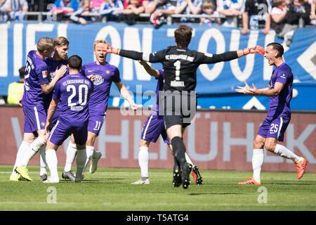 Hamburg, Deutschland. 20th Apr, 2019. The Auer players cheer with Philipp ZULECHNER (2.v.li., AUE) on the goal to 1: 0 for Erzgebirge Aue, jubilation, cheer, cheering, joy, cheers, celebrate, goaljubel, football 2nd Bundesliga, 30th matchday, HSV Hamburg Hamburg Hamburg (HH) - FC Erzgebirge Aue (AUE) 1: 1, on 20.04.2019 in Hamburg/Germany. ¬ | usage worldwide Credit: dpa/Alamy Live News - Stock Image