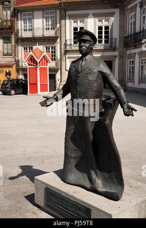 Portugal, Porto, Praha de Carlos Alberto, statue of General Humberto Delgado and Quiosque da Ramadinha kiosk - Stock Image