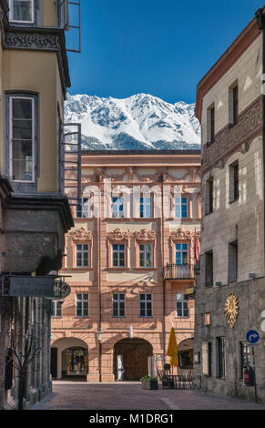 Ottoburg Palace at Herzog-Friedrich-Strasse, Nordkette massif in distance, view from Kiebachgasse, passage in Old - Stock Image