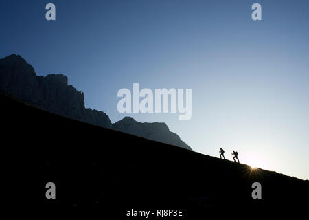 Wanderer am Baumgartenkopf bei Sonnenaufgang, Wilder Kaiser, Tirol, Österreich - Stock Image