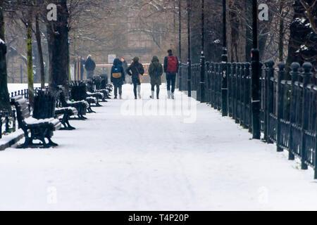People walk along the Bulwar Tadkar Jasinskiego, Wrocław promenade, Wroclaw, Wroklaw, Poland - Stock Image
