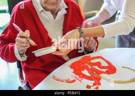 EHPAD specialized in the care of the elderly suffering from Alzheimer's disease, Workshop with an art therapist, Center for psychogeriatric care. - Stock Image
