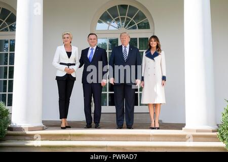 U.S President Donald Trump poses with Polish President Andrzej Duda, his wife Agata Kornhauser-Duda, left, and First Lady Melania Trump, right, in the Rose Garden of the White House September 18, 2018 in Washington, DC. - Stock Image