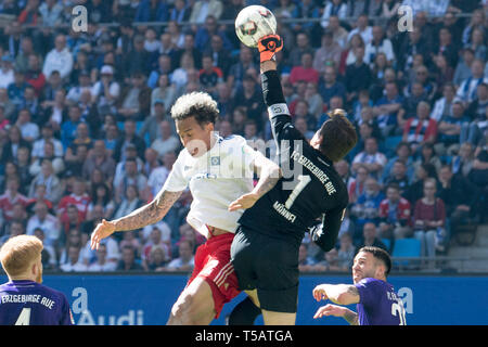 Goalkeeper Martin MAENNEL (right, Mvssnnel, AUE) hits the ball in front of Leo LACROIX (HH) away, action, duels, football 2nd Bundesliga, 30th matchday, HSV Hamburg Hamburg Hamburg (HH) - FC Erzgebirge Aue (AUE) 1 : 1, on 20.04.2019 in Hamburg/Germany. ¬ | usage worldwide - Stock Image