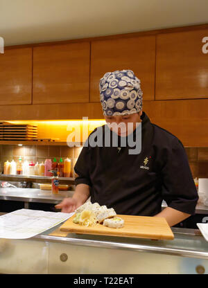 A sushi chef preparing a plate of sushi in Mikado restaurant in Montreal - Stock Image