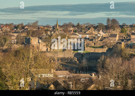 The ruins of the castle and part of the town of Barnard Castle, Teesdale, County Durham, UK  in winter sunshine - Stock Image