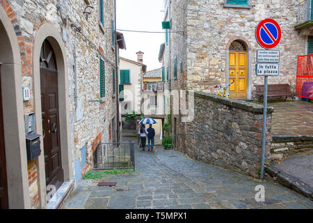 Couple strolling through the streets of the hilltop town, Radda in Chianti,Province of Siena,Tuscany,Italy - Stock Image
