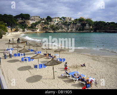 Vacationers relax at the beach of Mallorquin town Portocristo, Spain, 17 October 2007. Photo: Matthias Schrader - Stock Image